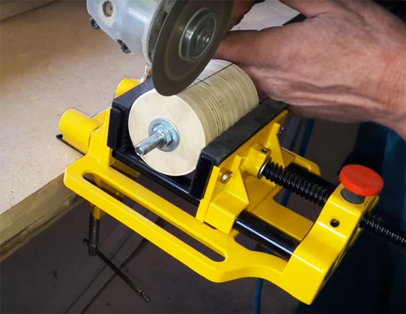Чтобы надёжно зафиксировать наждачную полосу на барабане, нужно сделать в нём один глубокий пропил на всю длину