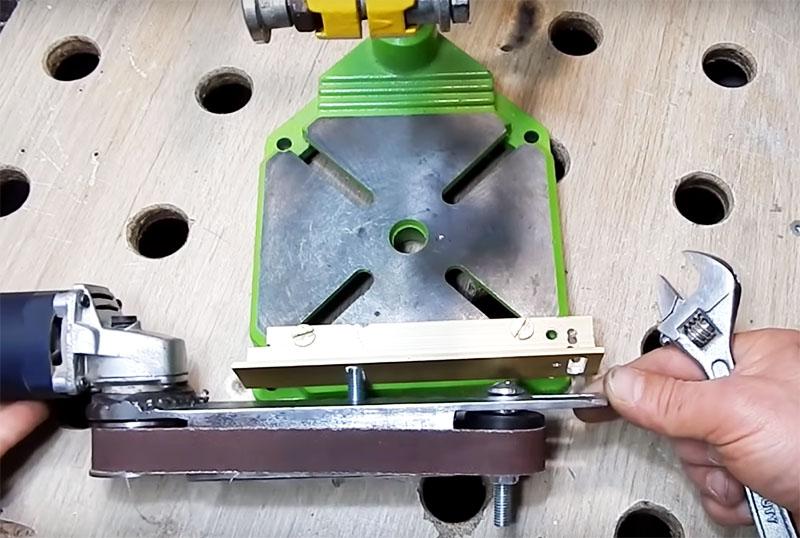 Положение зафиксированной шлифовальной машинки должно быть таким, чтобы ничего не мешало движению ленты, это самое важное. Так что в зависимости от модификации инструмента его нужно располагать на разной высоте