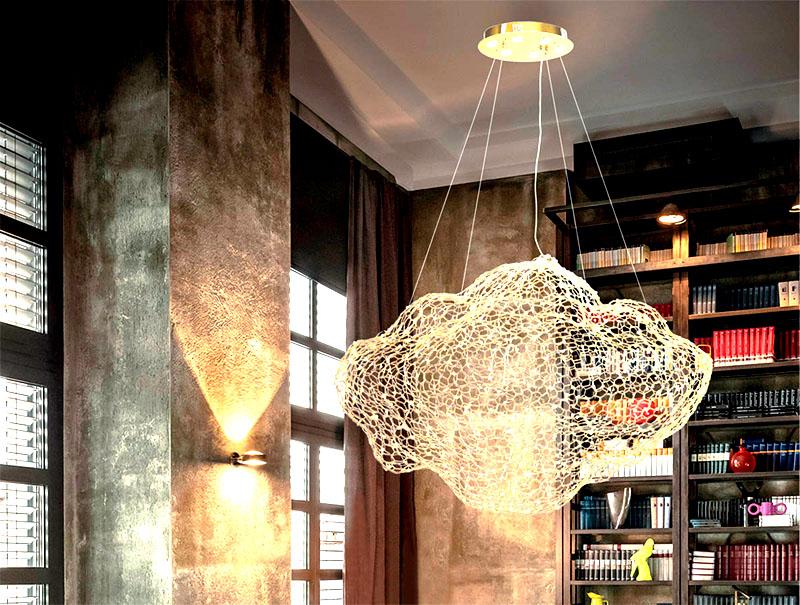 Вы можете создать плафон необычной формы, если натянете сеть на таз или ведро и смажете её клеем ПВА. Оставьте будущий светильник сушиться на 48 ч., затем нанесите на него ещё один слой клея. Когда конструкция полностью высохнет, снимите её с формы и присоедините к лампе