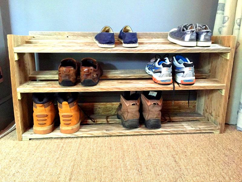 Заранее определитесь, сколько пар обуви вы собираетесь хранить на полке. Одна полка из паллет может вместить 9 пар кроссовок и ботинок