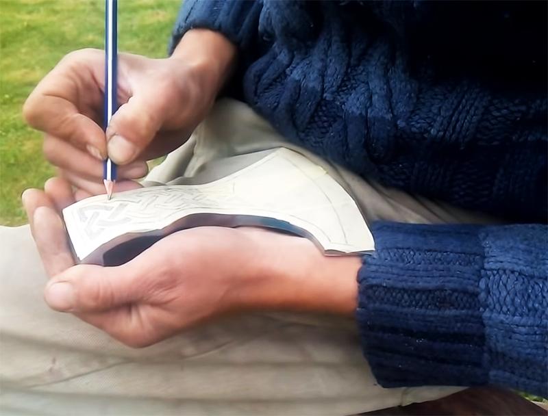 Топорик оклеивается малярным скотчем, на который переносится рисунок