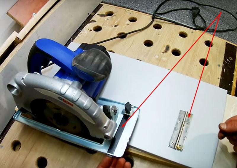Кроме этих деталей, потребуются три отрезка рояльной петли длиной, равной ширине нарезанных плит, а также полоска металла, соответствующая по ширине платформе плиты