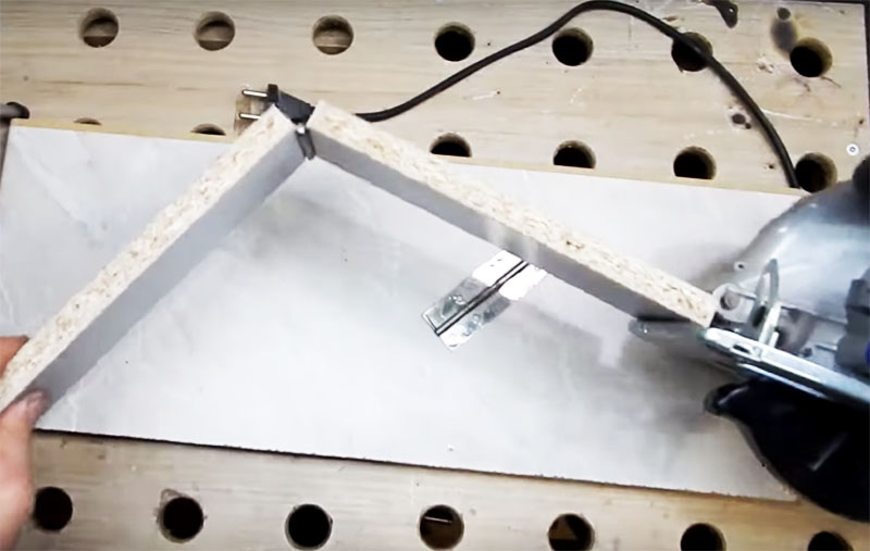 В правильном варианте конструкции планки должны складываться с помощью петли вверх от платформы