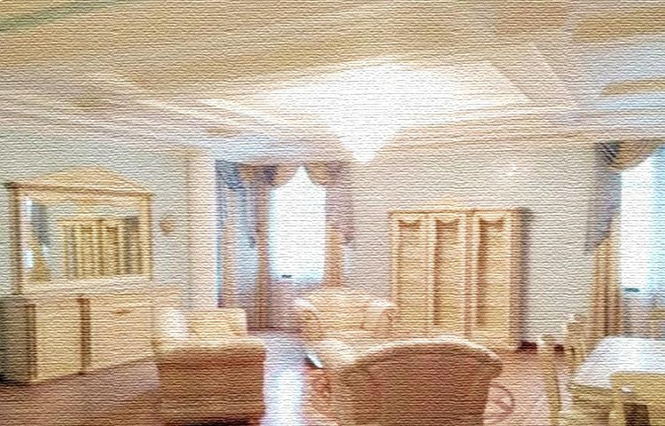 Гостиную освещает роскошная многоярусная люстра с хрустальными подвесками