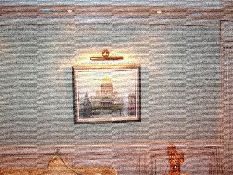 Стены украшают картины знаменитых художников