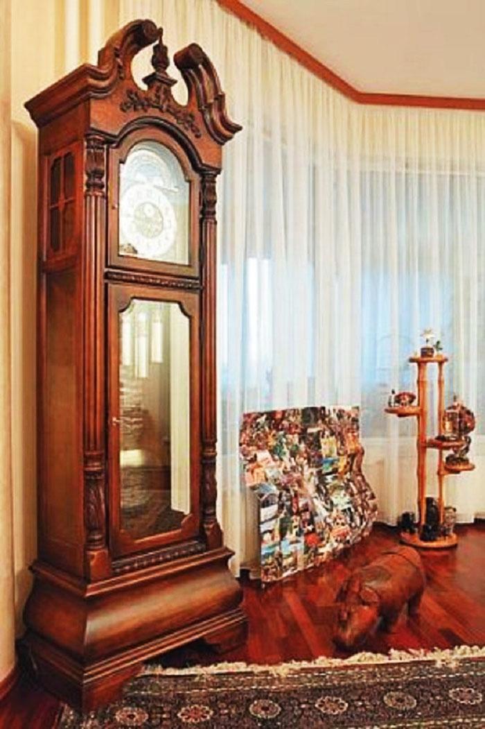 Эркерное панорамное окно задрапировано белоснежным тюлем без рисунка