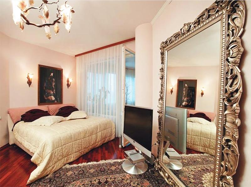 Из спальни есть выход на огромную застеклённую лоджию, на которой обустроили небольшую чайную зону