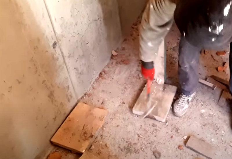 Для начала следует выбить подушки из-под стоек и демонтировать опоры