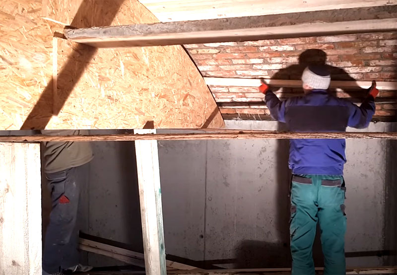 Следующий шаг – удаление рейки из-под кирпича и демонтаж фанерных арок