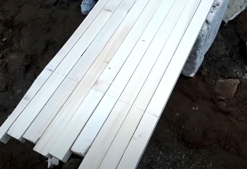 Рейки для опалубки прекрасно подойдут, демонтировать их проще, чем доски