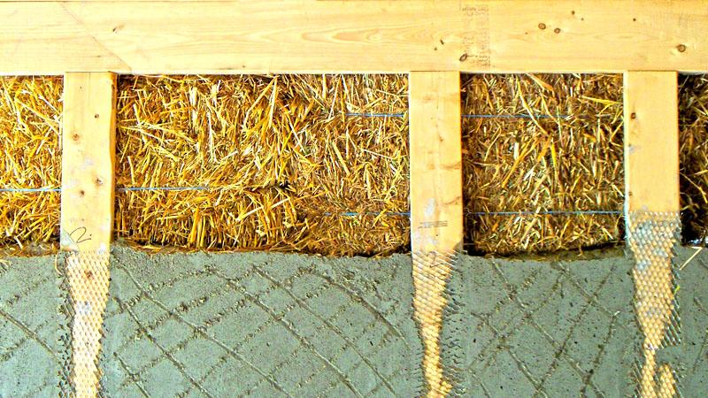 Подготовить древесину не так сложно. Процесс растянут по времени, поэтому вам не потребуется тратить много сил на обработку и укладку материала. Сначала заготовьте опилки и разложите их таким образом, чтобы они хорошо просохли, и только потом начинайте укладку