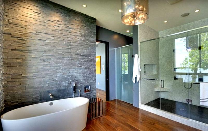 Неплохо выглядит комбинация камня с обычной штукатуркой, покрытой латексной краской, которая отлично выдерживает условия ванной комнаты