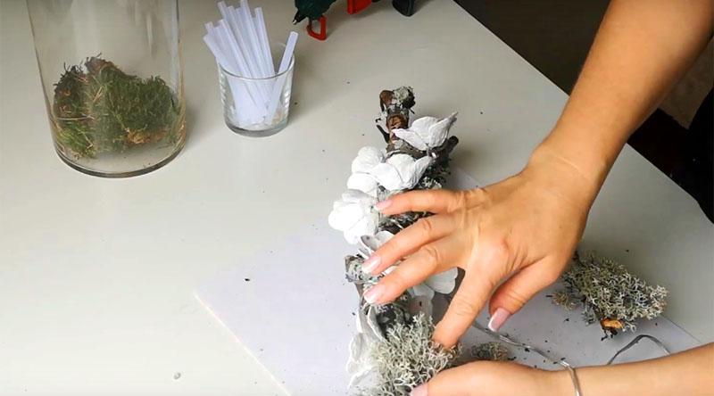 Скройте провод под кусочками мха или тонкими ветками, последние можно зафиксировать термоклеем