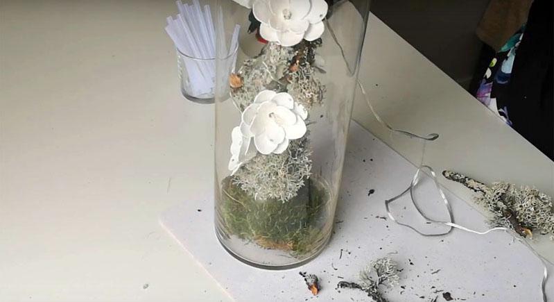 Поместите ветку в стеклянную вазу и установите композицию там, где считаете нужным