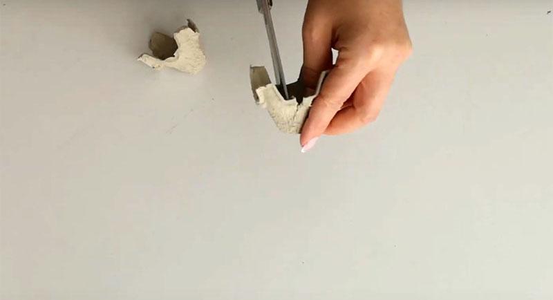 Разделите кассету на отдельные ячейки и каждую надрежьте с 4 сторон, не доходя до самой середины. Потом просто придайте ножницами лепесткам округлую форму