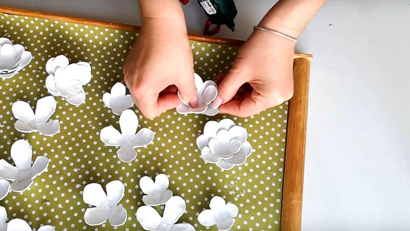 Когда лепестки высохнут от краски, соедините их по 3 элемента вместе термоклеем. Два стандартных и дин – небольшой в центре. При склеивании сместите лепестки относительно другу друга, чтобы цветок получился пышным