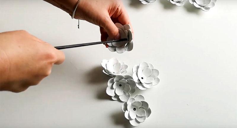 В каждом готовом цветке шилом или маникюрными ножницами нужно сделать отверстие в центре. Оно должно быть таким большим, чтобы в него прошла лампочка гирлянды