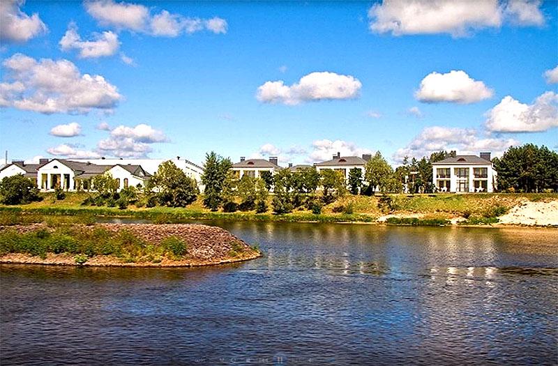 Резиденция расположена в агрогородке Лясковичи в Припятском национальном парке