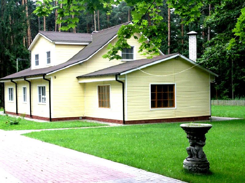 База отдыха состоит из нескольких небольших мансардных домиков, расположенных на ограждённой территории