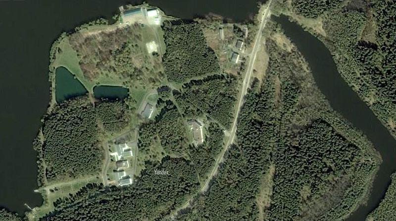 Резиденция с трёх сторон окружена лесным массивом