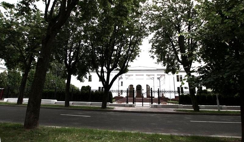 Центральный вход оформлен массивными колоннами