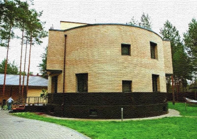 Верхняя часть фасада отделана декоративной плиткой, на крыше соорудили небольшую надстройку, напоминающую капитанскую рубку