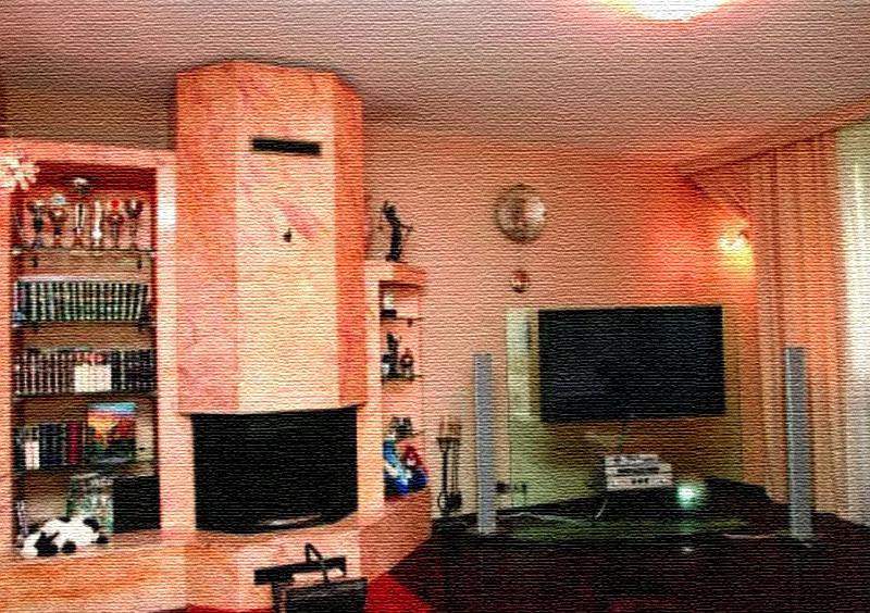 На стене рядом с камином установили большую плазму с домашним кинотеатром