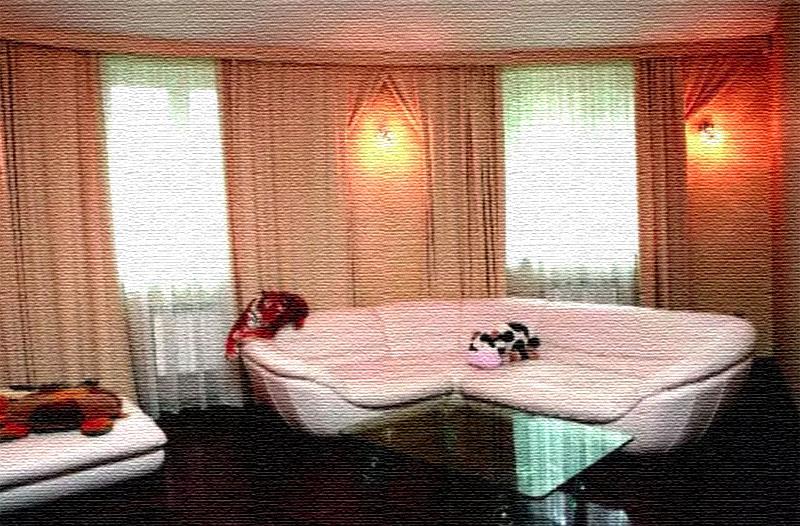Окна задрапированы белоснежным тюлем и портьерами насыщенного персикового оттенка