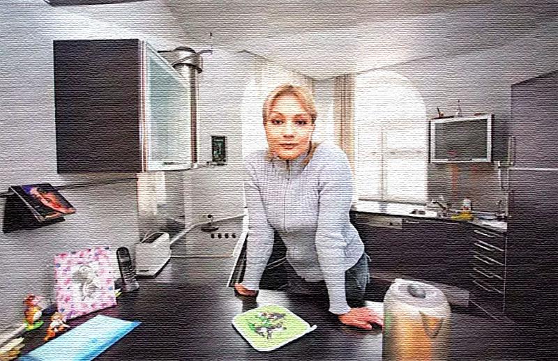 На столешнице нет ничего лишнего, вся кухонная утварь размещена в шкафчиках и на рейлинговой системе