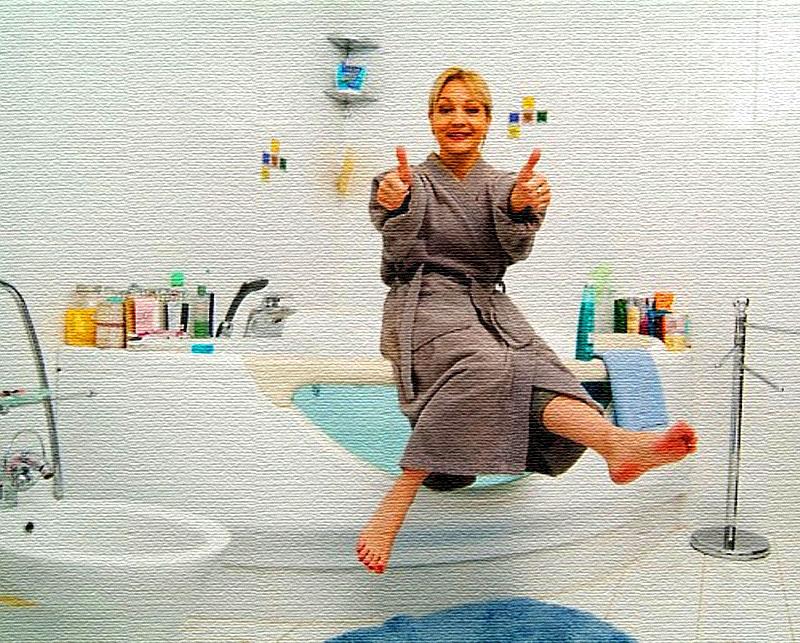 В ванной комнате установлена большая угловая чаша с прозрачной стенкой