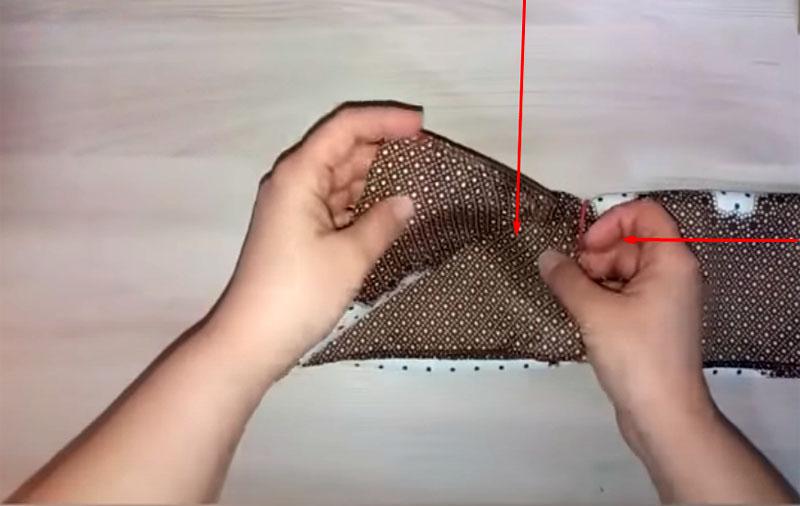Одна сторона платка вкладывается в другую, получается некое подобие замка