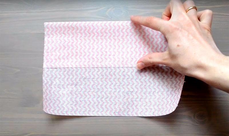 Каждый отрезок ткани сложите на одну треть, как показано на фото
