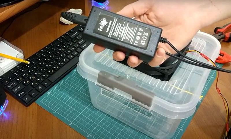 Чтобы кулер работал, необходимо подсоединить его к источнику питания 12 вольт. Вам потребуется любой подходящий адаптер