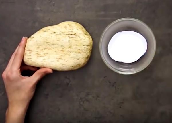 Приготовьте плоский камень и обычный клей ПВА