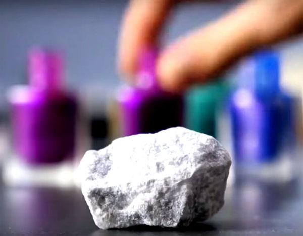 Вымойте камень и протрите его средством для снятия лака