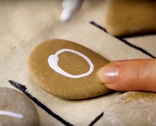 Маркером или краской нарисуйте на камнях нолики и крестики