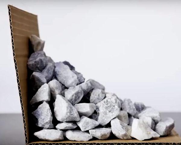 Горка камней должна в своём основании иметь прямой угол, для этого и нужна картонка