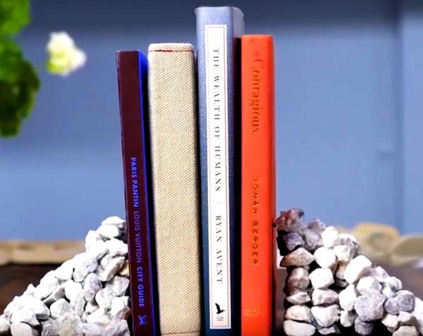 Затем картон нужно убрать, и вы сможете использовать полученную из камней деталь для подпорки под книги