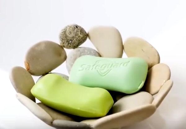 Когда клей застынет, извлеките каменную чашу из формы и используйте её в качестве мыльницы
