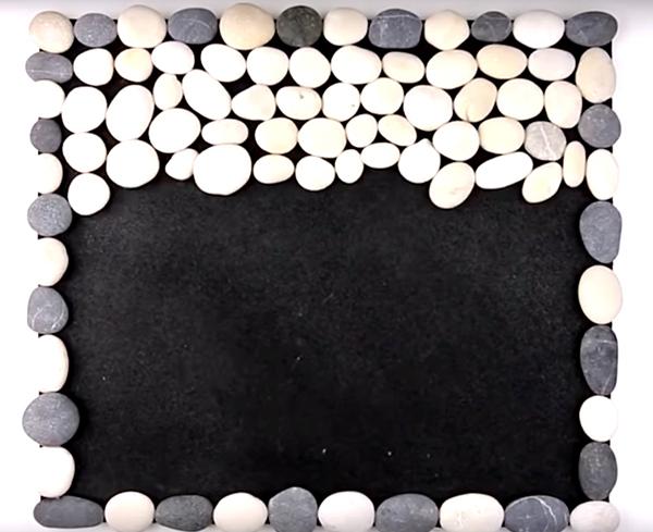 Заполните всю поверхность заготовки камнями, подбирая их по размеру