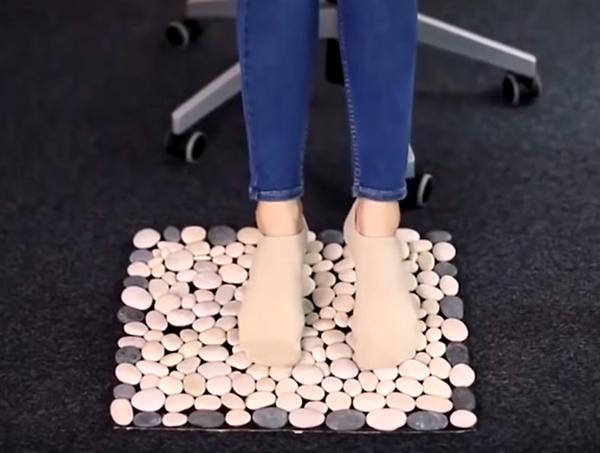 В результате вы получите очень необычный коврик, на который приятно встать босиком, можно поставить мокрую обувь после улицы. А если вы используете небольшую площадь основания, то у вас получится отличная подставка под горячее