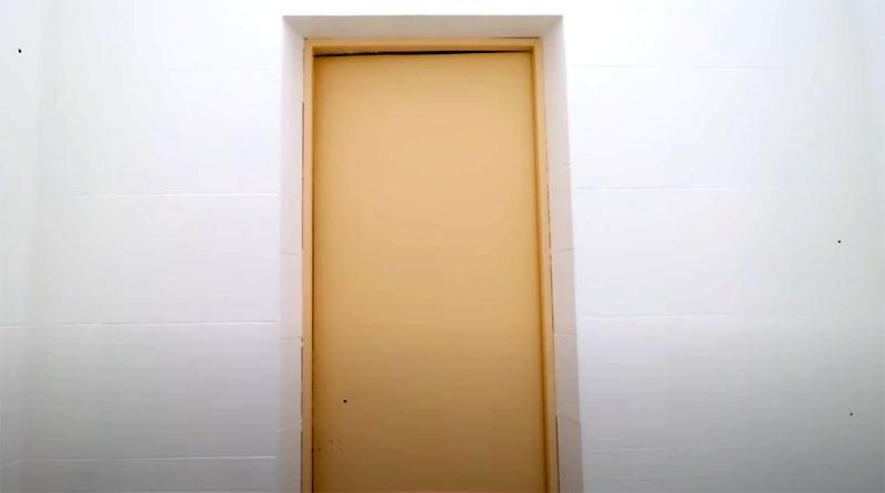 Дверное полотно должно немного отличаться по цвету от стен