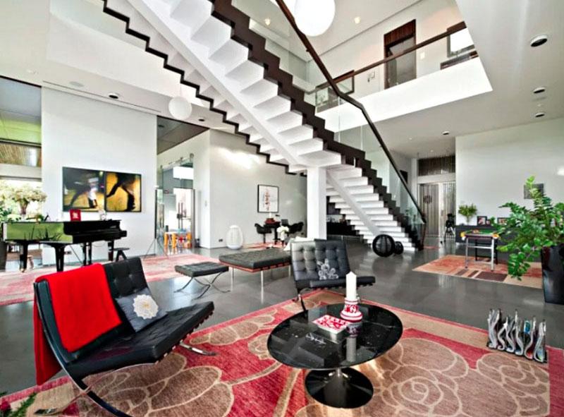 Во всём доме лежат восточные ковры ручной работы с оригинальными орнаментами