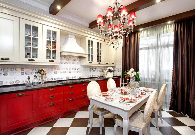 Кухню освещает классическая люстра с алыми тканевыми абажурами и хрустальными подвесками