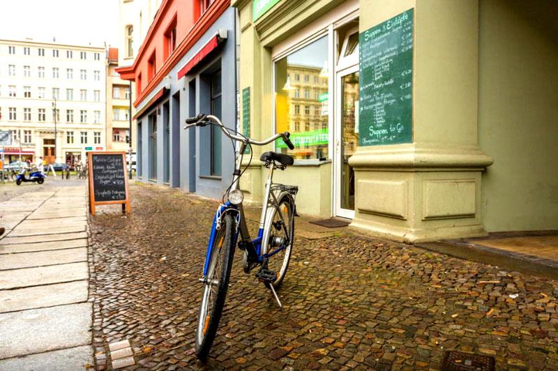 Рядом с домом расположен прокат велосипедов