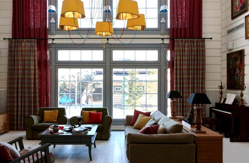 На потолке установили эффектную люстру с тканевыми плафонами жёлтого цвета, которая словно солнышко согревает комнату домашним уютом