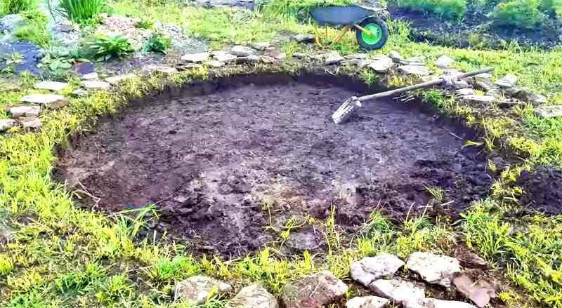 Садовый очаг из камней и старой бочки