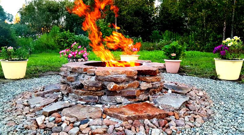А когда огонь полностью разгорится, можно спокойно посидеть и полюбоваться проделанной работой