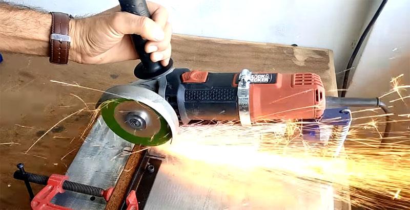 Резать металл на такой станине очень удобно