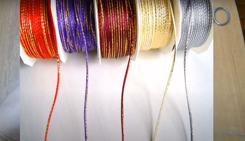 Подберите красивый шнур, подходящий по цвету и фактуре. Это может быть и обычная капроновая верёвка